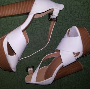 CHUNKY PLAYFORM WHITE SANDLE WITH WOODEN HEEL